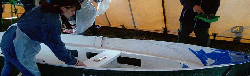 В Холуе расписывают лодки