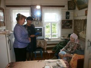 Н.Б. Лакеева поздравляет Н.П. Савенкову