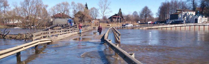 В Холуе подтоплен мост