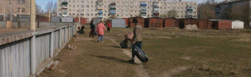 Сотрудники центра социального обслуживания очистили от мусора территорию хоккейной коробки