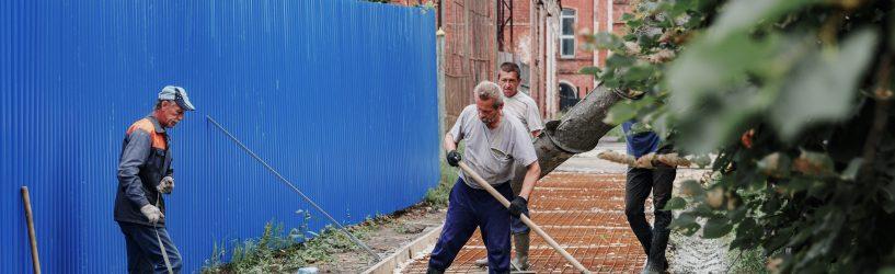 Продолжаются работы по укладке тротуара