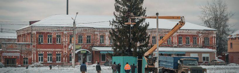 Главную новогоднюю красавицу на центральной площади города начали украшать