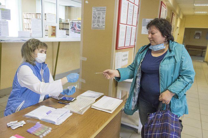 В поликлинике в Юже у посетителей измеряют температуру тела