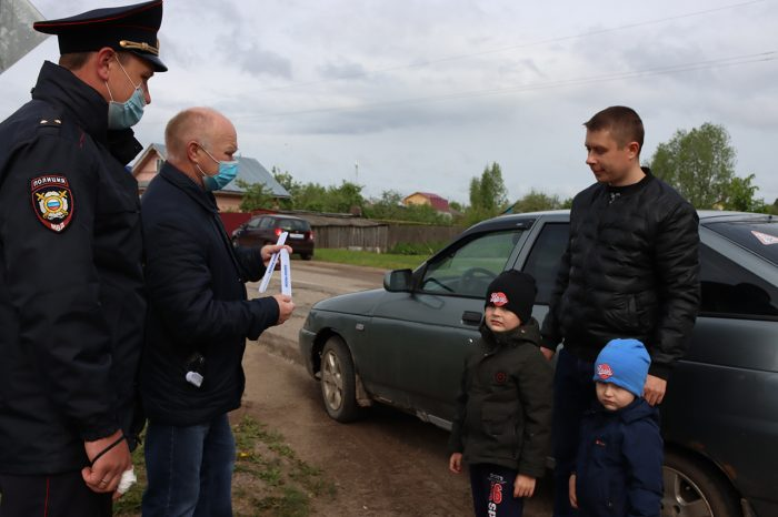 Сотрудники Госавтоинспекции поздравили маленьких жителей Южи с Днем защиты детей
